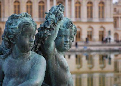 Sculpture d'anges au bord du bassin du château de Versailles