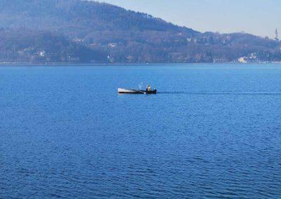 Une barque de pêche sur le lac d'Annecy
