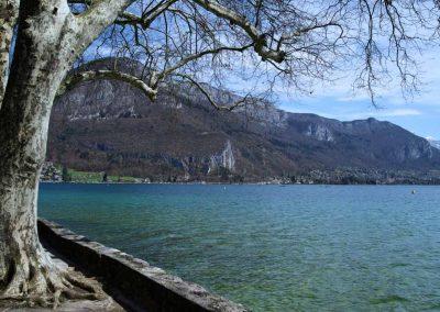 Vue sur le lac d'Annecy depuis le parc du Casino Impérial