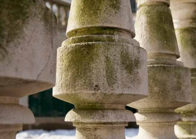 Colonnade square de l'évêché à Annecy