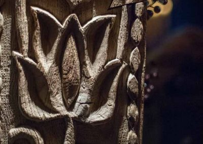 Sculpture en bois dans le hameau du père Noël à Andilly