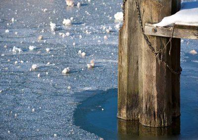 Pied de ponton gelé sur le canal à Annecy