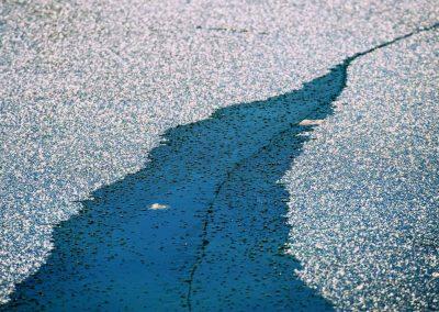 Plaque de glace bleue sur le lac d'Annecy