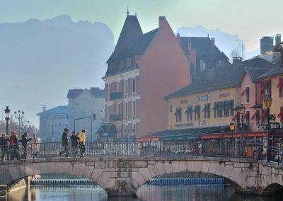 Le pont sur canal devant le lac d'Annecy et château d'île