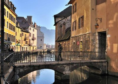 Pont vers le passage de l'île dans le vieil Annecy