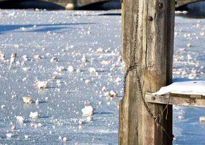 Ponton gelé sur le canal à Annecy