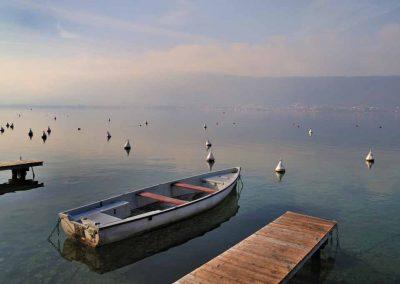 Barque devant ponton du lac d'Annecy