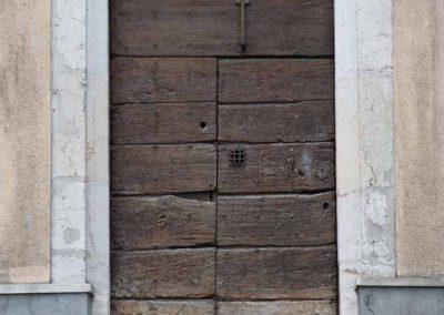 Porte cloutée dans le vieil Annecy
