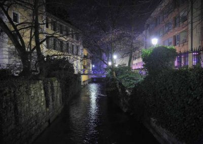 Le quai Madame de Warens de nuit à Annecy