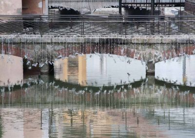 Reflet d'un pont sur le canal d'Annecy