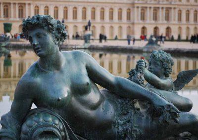 Statue au bord du bassin du château de Versailles