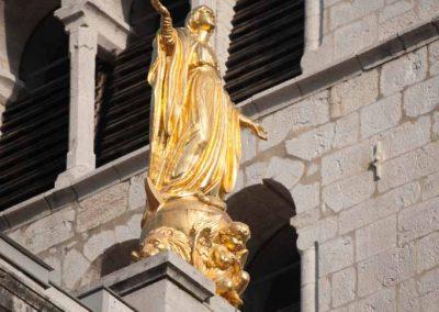 Une statue en or sur la cathédrale d'Annecy